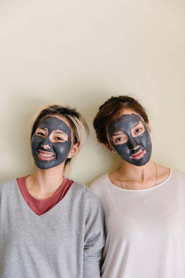 peelingi do twarzy kobiety