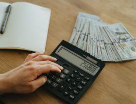 różnica między brutto a netto oraz kobieta, która liczy wynagrodzenie na kalkulatorze